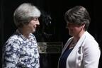 Премьер-министр Великобритании Тереза Мэй (слева) и глава Демократической юнионистской партии Арлин Фостер.