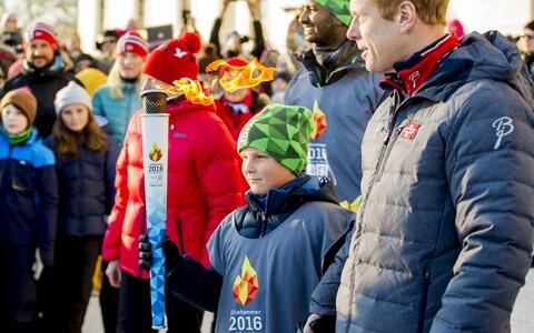 Norra prints Sverre Magnus noorte taliolümpiamängude tulega, kõrval suusalegend Björn Daehlie