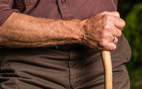 Inimese suhtumist vananemisse ja uue olukorraga toimetulekut mõjutavad otseselt nii eelnevalt elatud elu kui ka ühiskonnas levinud hoiakud ja stereotüübid.