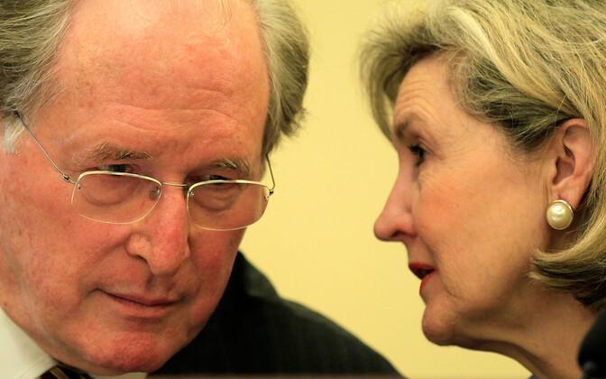 Kay Bailey Hutchison (paremal) vestlemas senaator John Rockefelleriga.