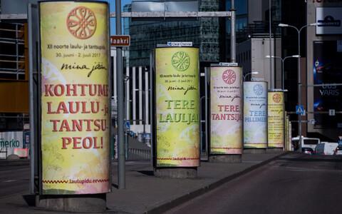 Parandatud, komadega plakatid Tallinnas Rävala puiesteel.