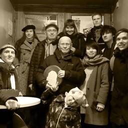 Priit ja Olga Pärn ning Olav Osolin Priit Pärna õpilaste keskel