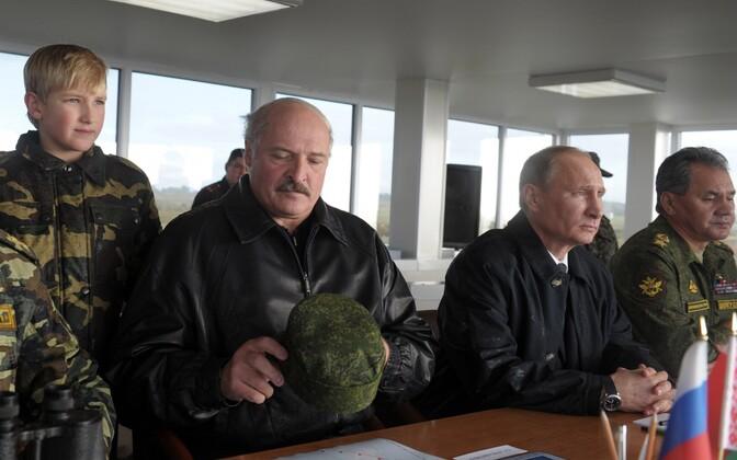 Президенты России и Белоруссии Владимир Путин (слева) и Александр Лукашенко на учениях