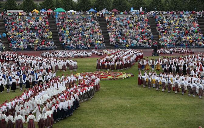 Первое представление XII Молодежного праздника песни и танца на стадионе