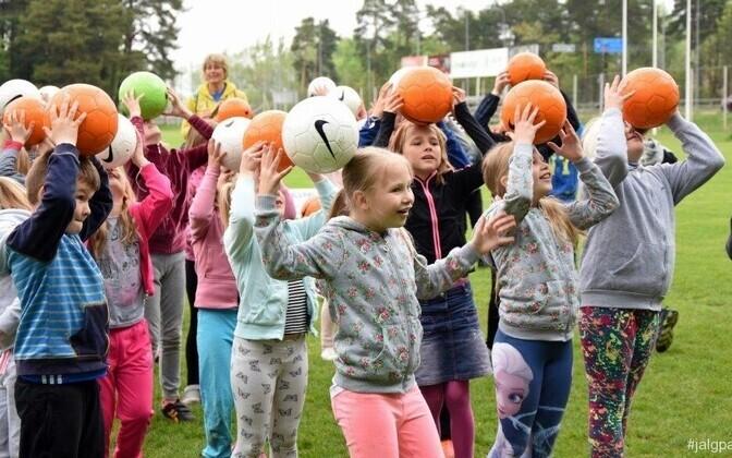 Lapsed lustimas Pärnu Raeküla kooli külastusel.