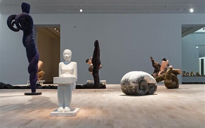 Anu Põdra näitusel on suurele väljale koondatud küll abstraktsemaid, küll konkreetsemaid nukke, ja kuigi neid on väänatud üht- ja teistpidi, sisendab soe nahatoonilähedane värvigamma koos objektide turvalise rütmiga meeldivat rahu.