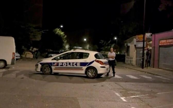 Politseinik Avignoni mošee ees, mille juures tulistamine toimus.