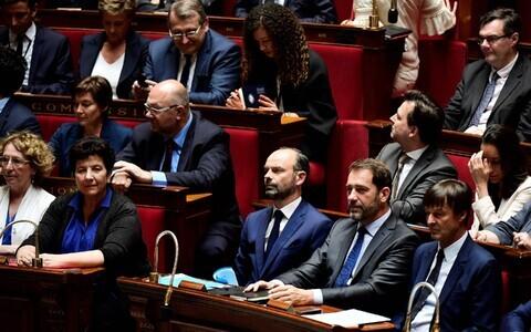 Prantsuse peaminister Edouard Philippe (keskel) koos oma valitsusega parlamendis.