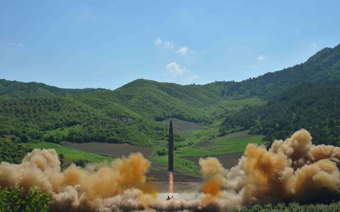 KCNA avaldatud foto mandritevahelisest ballistilisest raketist Hwasong-14.