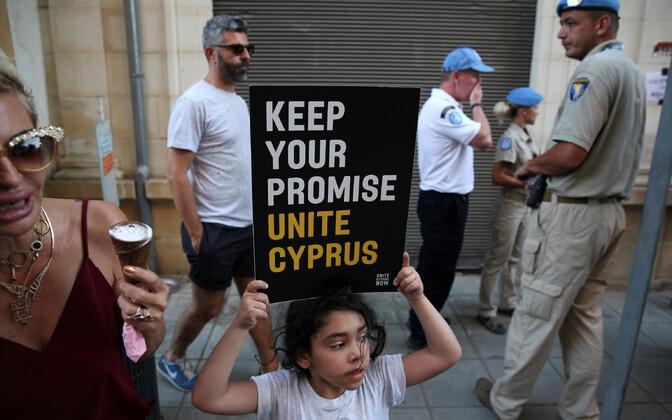 Meeleavaldaja Nicosias jagatud Küprose eraldusjoone lähedal.