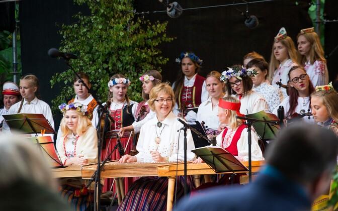 Rahvamuusikapidu Poolamäe pargis. Kandlemängijad.