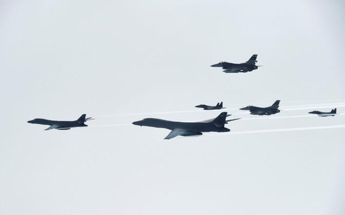 USA B-1B Lancer lendas õppuse käigus üle Lõuna-Korea.