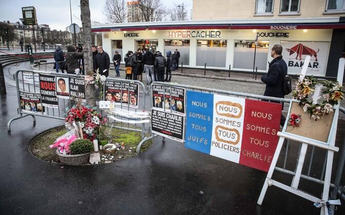 Mälestusplakatid 2015. aastal rünnaku alla sattunud koššeripoe juures.