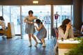 Hongkongi tantsijad esinevad Rahva Raamatus.