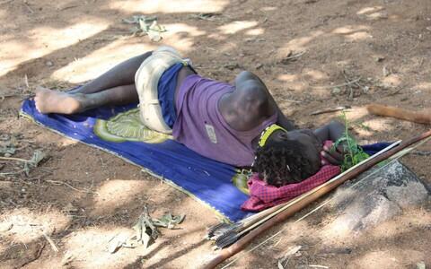 Hadza hõimu mees magamas päevaund.
