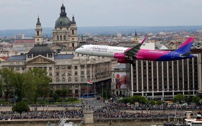 Самолет Wizz Air над Будапештом.