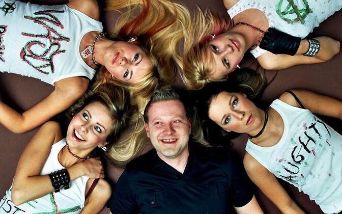 Eurolugude autor Sven Lõhmus koos europunkbändiga Vanilla Ninja.  2003