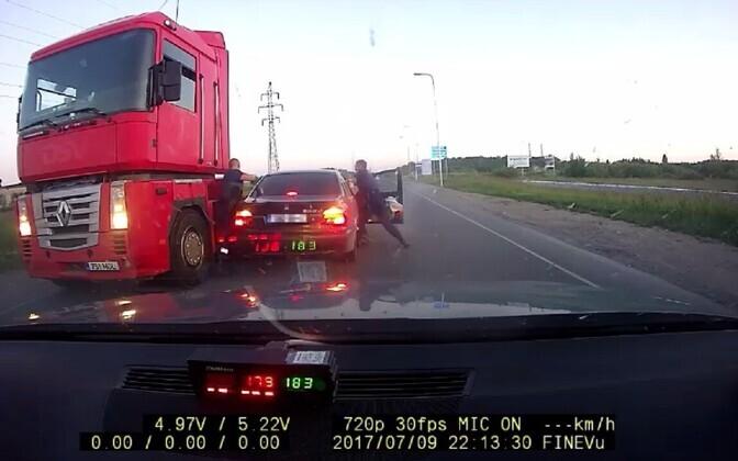 Полицейские задерживают пьяного водителя.
