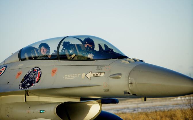 Глава НАТО Йенс Столтенберг в кабине норвежского истребителя.
