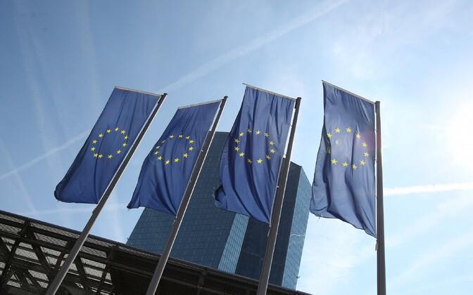 Euroopa Liidu lipud Frankfurdis Euroopa Keskpanga hoone ees.
