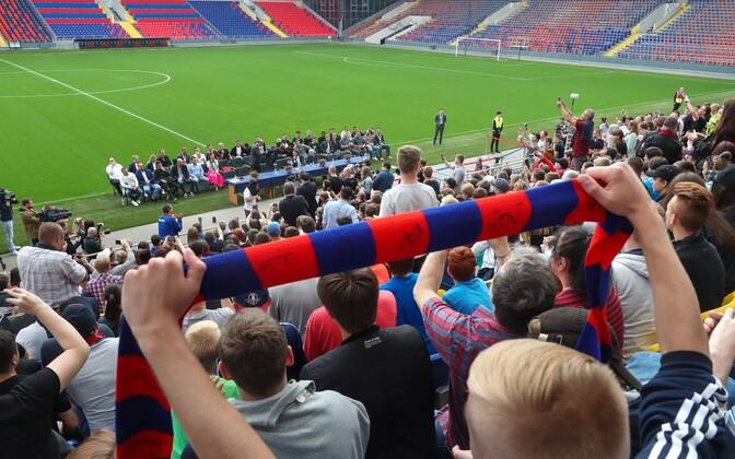 Болельщики ЦСКА поздравляют команду с серебряными медалями чемпионата России.