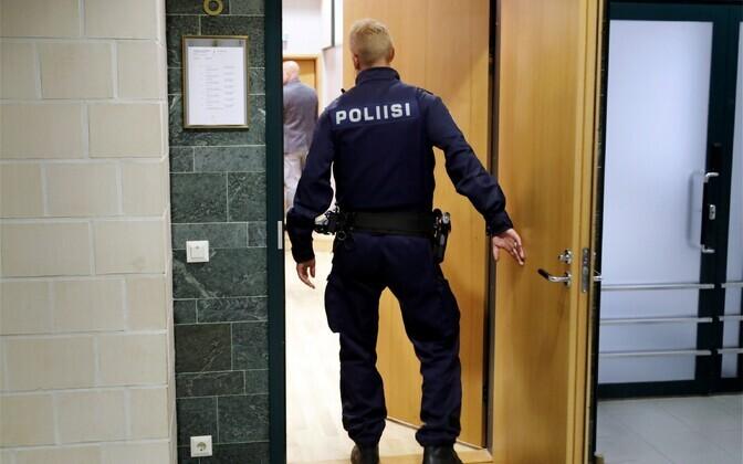 Финский полицейский возле зала суда.
