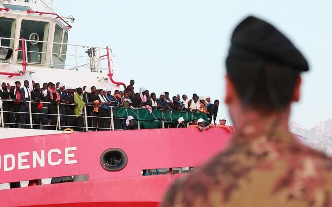 Organisatsiooni Piirideta Arstid päästelaev Vos Prudence 14. juulil Salerno sadamas. Pardal oli 935 inimest, nende seas 16 last ja seitse rasedat naist.