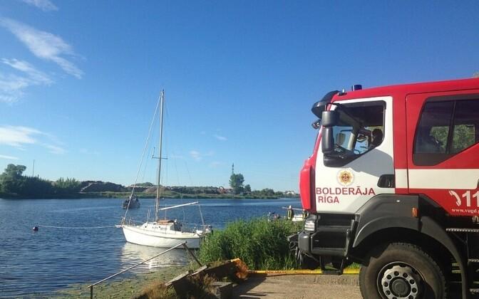 ВРиге сгорела яхта— зацепилась залинию электропередач