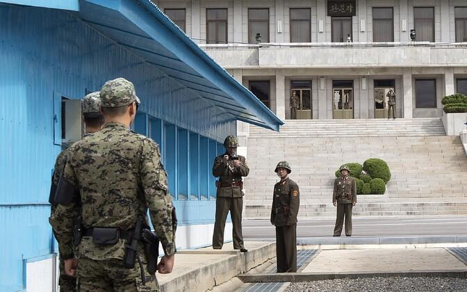 Lõuna- ja Põhja-Korea sõdurid Panmunjomi rahukülas 2013. aasta septembris.