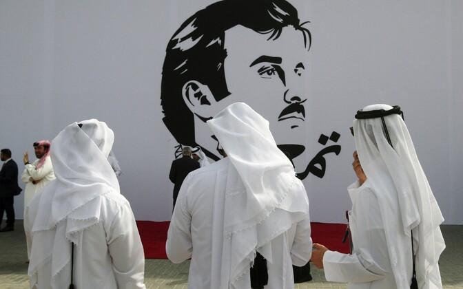 Katari mehed Dohas emiir Tamim bin Hamad al-Thani pildi juures.