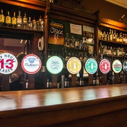 Jüri harjus pubis teiste õllemeestega mõnusat juttu patrama. Pubi Dublinis.