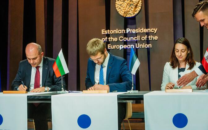 Fotojäädvustus sellest, kui Eesti allkirjastas koos järgmiste eesistujate, Bulgaaria ja Austriaga võrdõiguslikkuse edendamise deklaratsiooni.