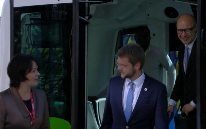 Jevgeni Ossinovski saabus ministrite kohtumisele isesõitva bussiga.