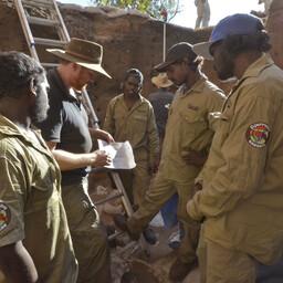 Uuringu autor Chris Clarkson selgitamas reservaadi valvuritele väljakaevamistel toimuvat.