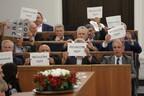 Оппозиционные депутаты Сената держат в руках таблички с надписью