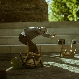 Kõrvuti on liikumise-rändamise-lahkumise ja jäämise-püsimise teemad, mis avaldub ka peamiselt kohvritest ja toolidest lavakujunduses.