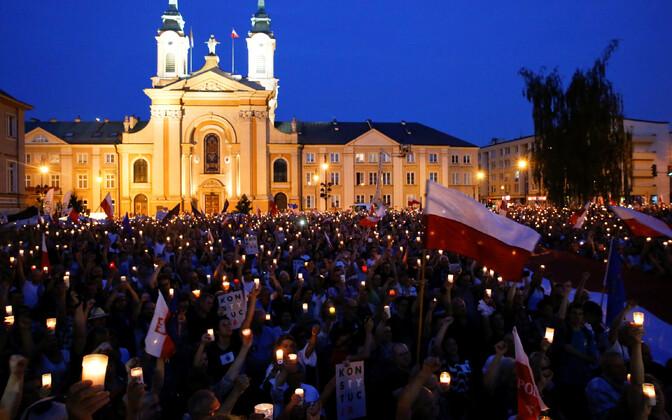 Suur hulk protestijaid kogunes ülemkohtu ette Varssavis.