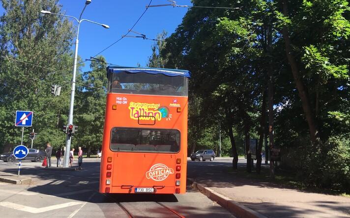 Туристический автобус в Таллинне.