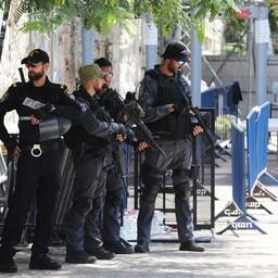 Израильские полицейские недалеко от входа на Храмовую гору в Иерусалиме.