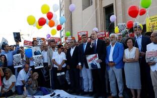 Ajakirjanike toetajad 24. juulil Istanbuli kohtuhoone juures meelt avaldamas.