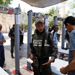 Politseinik vestleb palestiina mehega Templimäele paigutatud metallidetektorite ees.