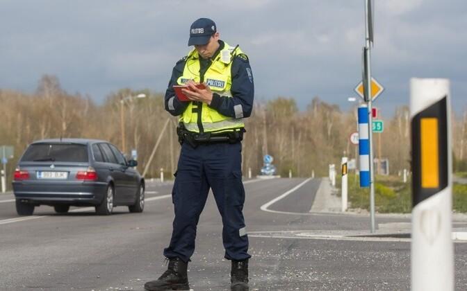 Эстонский полицейский фиксирует ДТП.