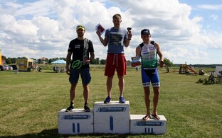 Haapsalu triatloni esikolmik, kõrgeimal pjedestaaliastmel võitja Timmo Jeret.