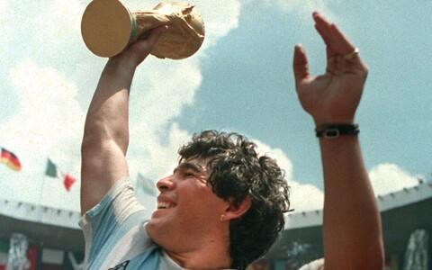 Diego Maradona 1986. aasta MM-i võidukarikaga