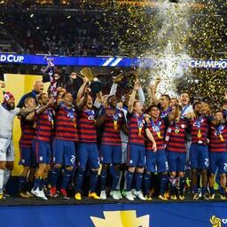 USA koondis võitu tähistamas.