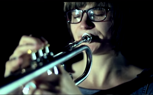 Ansamblit Dinosaur juhib trompetist Laura Jurd.