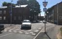 Teekünnis Valgevase ja Vabriku tänava ristumiskohal on tasapinnas kõnnitee servaga. Jalakäija jaoks ei ole tunnetuslikku vahet astudes kõnniteelt autoteele. Jalgratturitele ja rulluisutajatele jällegi taoline lamav politseinik sobib.