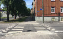 Linda tänava alguses olev lamav politseinik on samuti tasapinnas kõnnitee servaga.