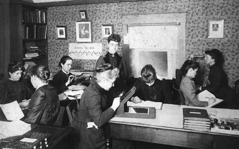 """""""Harvardi arvutajad"""" ehk """"Pickeringi haarem"""" 1890. aasta paiku tööhoos fotoplaate luubiga uurimas ja andmeid analüüsimas. Püsti seisab Williamina Fleming, kes töötas algselt Harvardi observatooriumi direktori Edward Pickeringi teenijatüdrukuna. 1881. aast"""