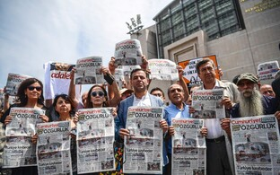 Ajalehe Cumhuriyet töötajate toetajad kohtu ees.